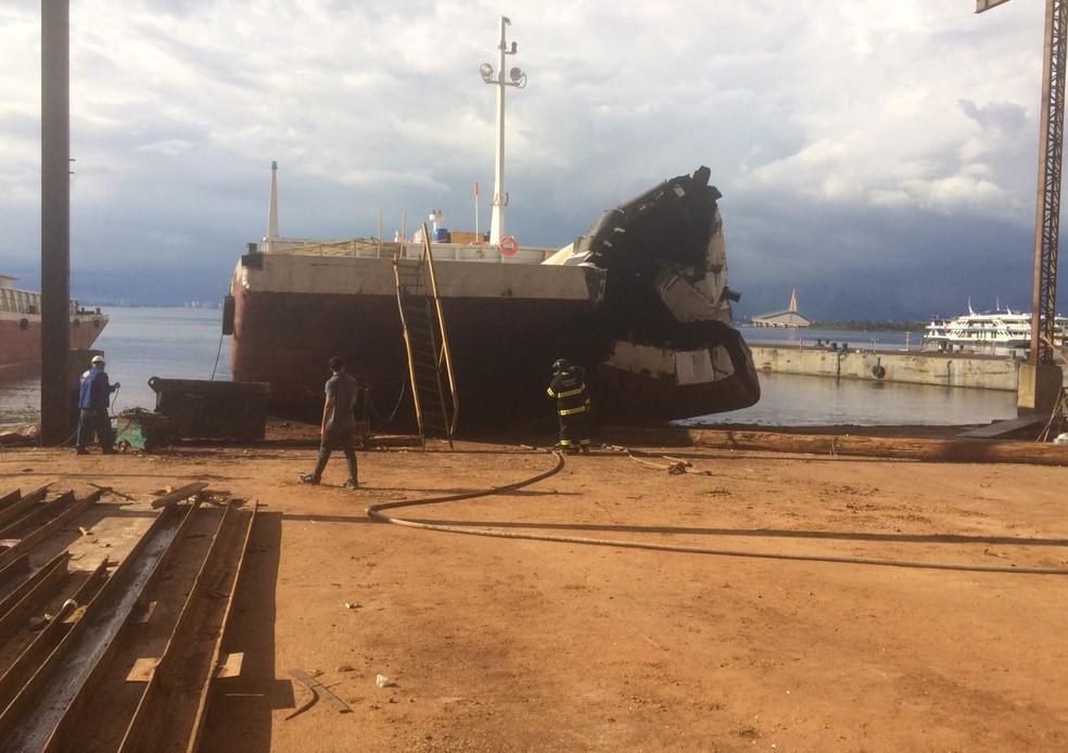 Parte de balsa ficou destru�da com acidente (Foto: Divulga��o/Corpo de Bombeiros)
