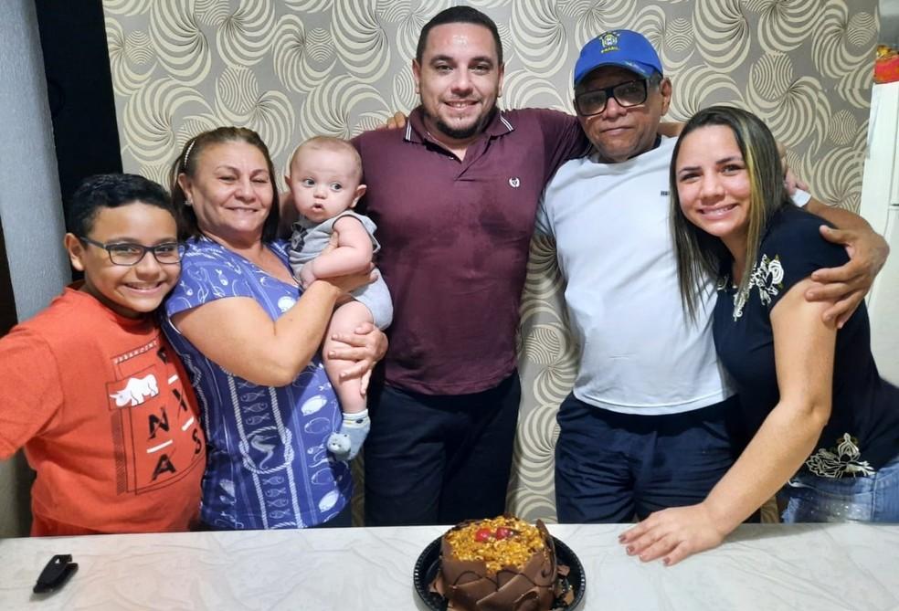 Nathan, filho de Stephanie, dona Auxiliadora com Ravi, Renê, Robson e Stephanie. — Foto: Arquivo/Stephanie Von Brown