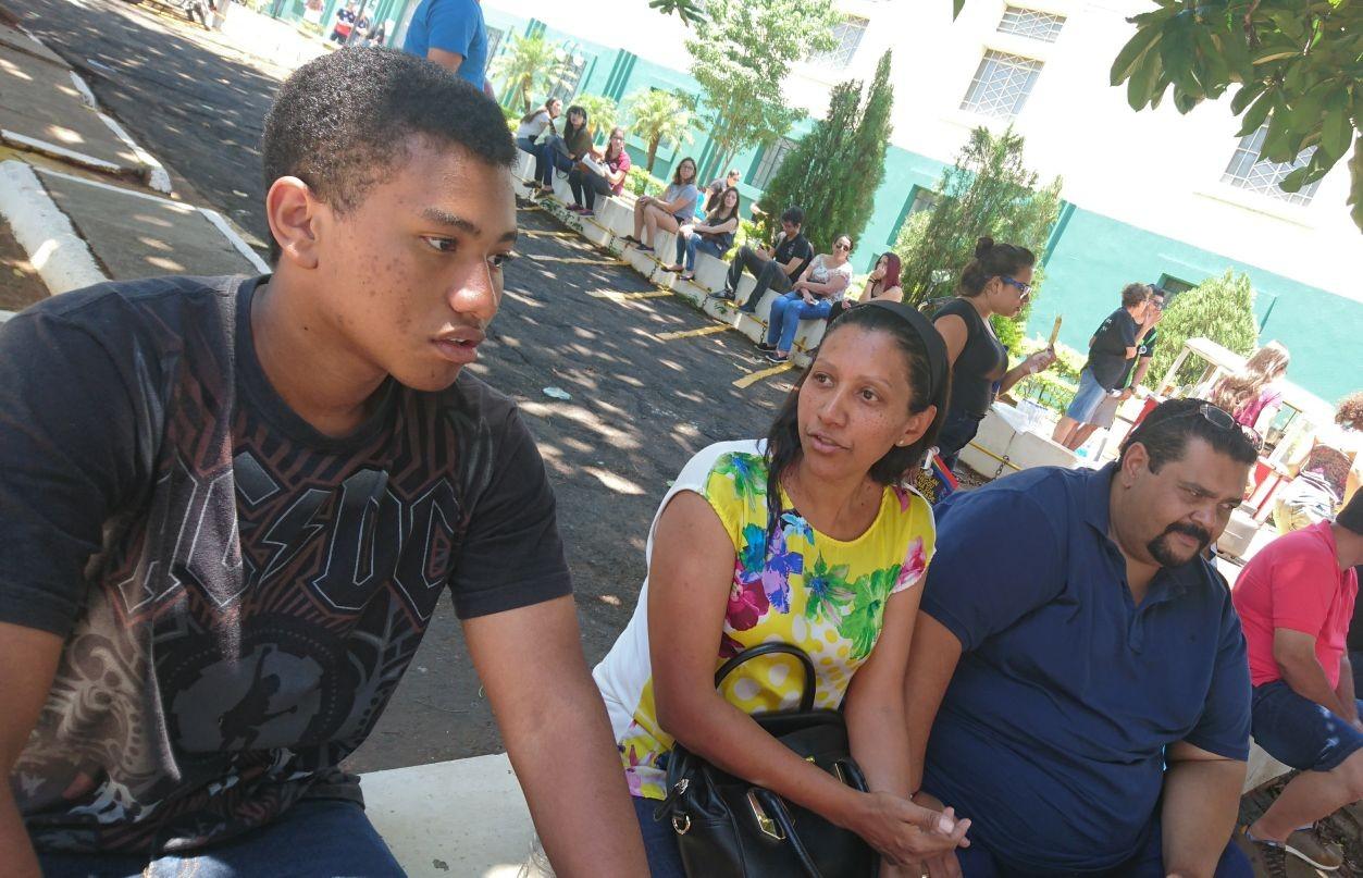 Estudante chega cedo e conta com apoio da família para prova da Unesp em Bauru