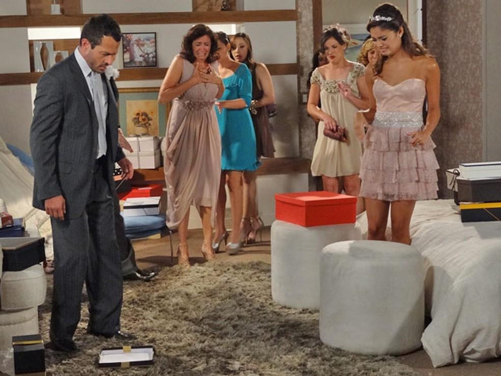 Família de Griselda fica chocada com presente de Tereza Cristina em 'Fina Estampa' — Foto: Globo