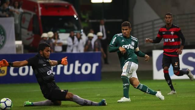 Yan marca o primeiro gol do Palmeiras