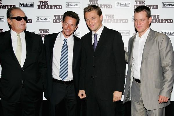 Os atores Leonardo DiCaprio e Mark Wahlber na companhia de Jack Nicholson e Matt Damon no lançamento de Os Infiltrados (2006) (Foto: Getty Images)