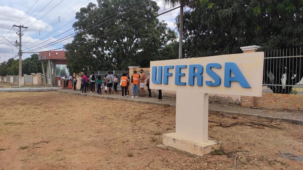 ENEM 2020 - 17/01/2021 - Candidatos chegam para primeiro dia de provas na Ufersa em Mossoró. — Foto: Isaiana Santos/Inter TV Costa Branca