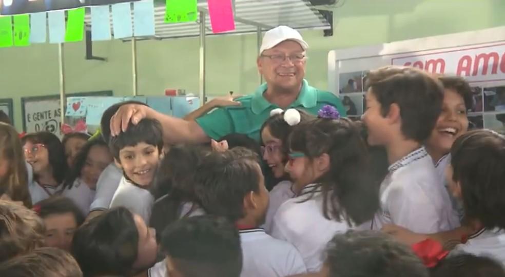 Novo carrinho de pipoca foi entregue pelos alunos durante festa realizada pela escola para o pipoqueiro em Campina Grande, na PB — Foto: Reprodução/TV Paraíba