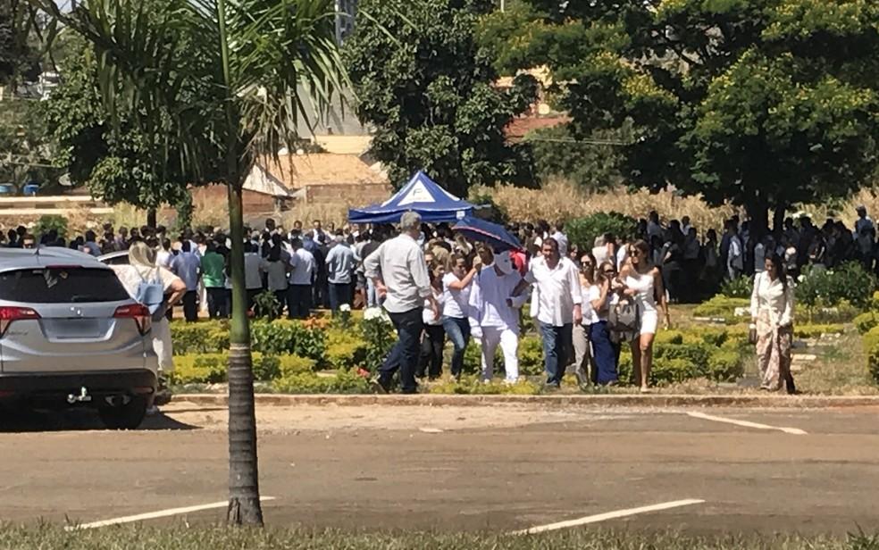 Empresário Robson Cintra que sobreviveu ao acidente compareceu ao enterro do piloto Cristiano Rocha  (Foto: Vitor Santana/G1)