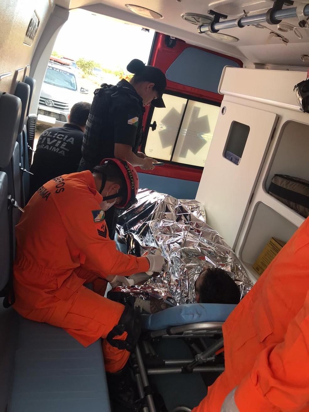Romano dos Anjos foi atendido na ambulância dos Bombeiros após ter sido encomtrado — Foto: Bombeiros/Divulgação