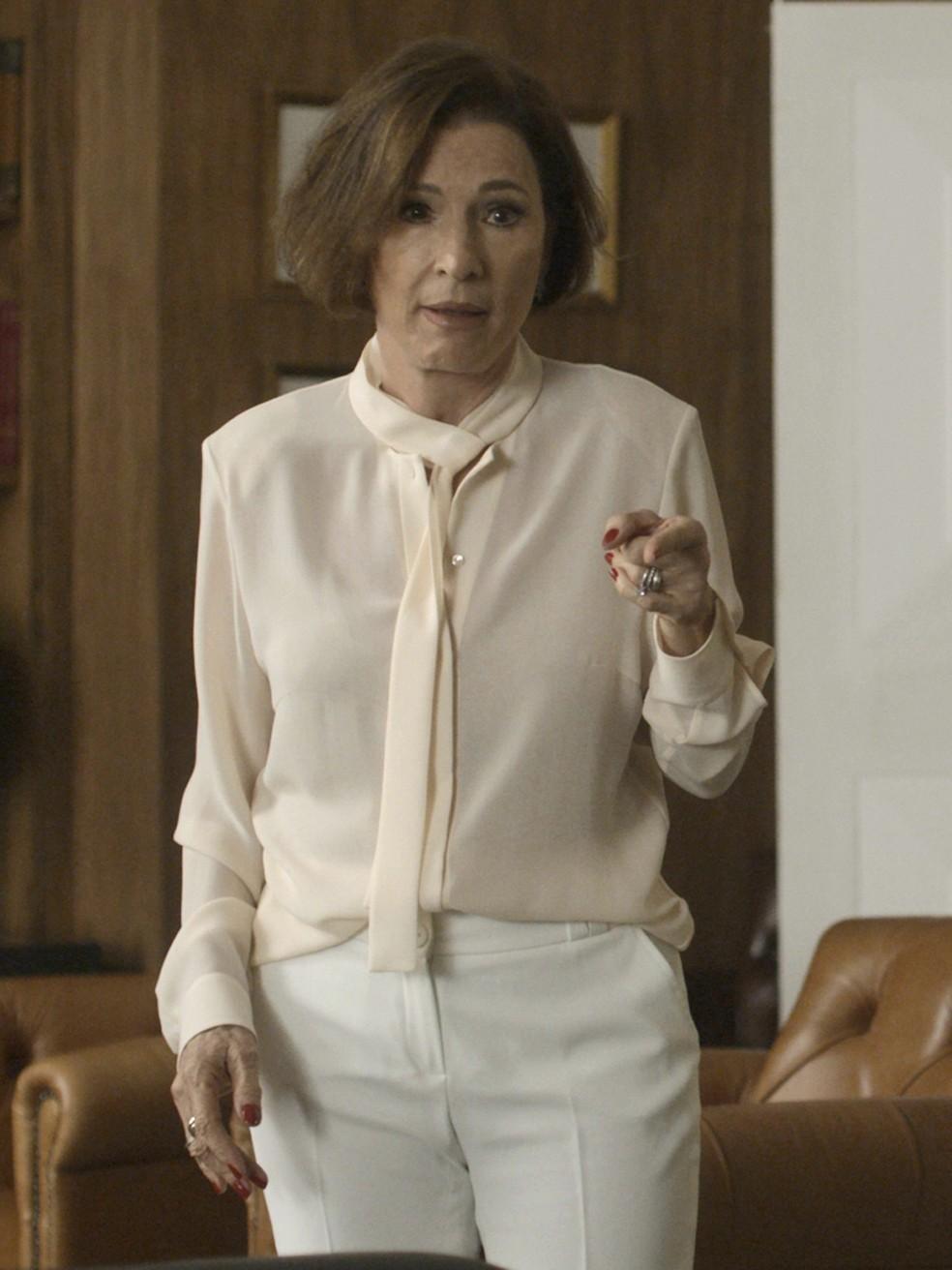 Camisa de tecido fino com botões e calça social branca.. Kiki é pura elegância!  (Foto: TV Globo  )