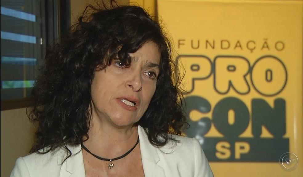 """Valéria Cunha, coordenadora regional do Procon de Marília: """"Só vale o que está no contrato"""" (Foto: TV TEM/Reprodução)"""