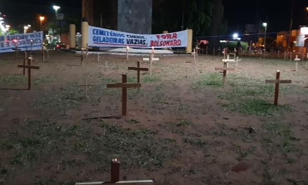 Em Lins, 274 cruzes foram colocadas na praça da Avenida Floriano Peixoto  — Foto: Nova TV/ Divulgação