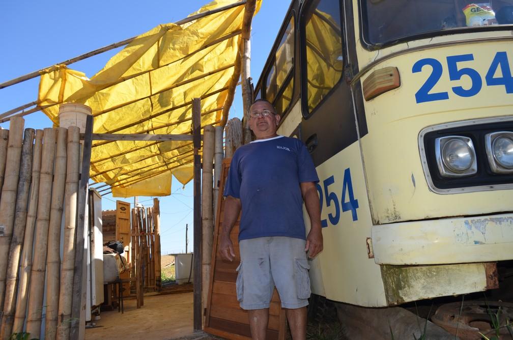 Seu Ivo, como é carinhosamente chamado, sempre sonhou em morar em um ônibus (Foto: Raquel Baes/G1)
