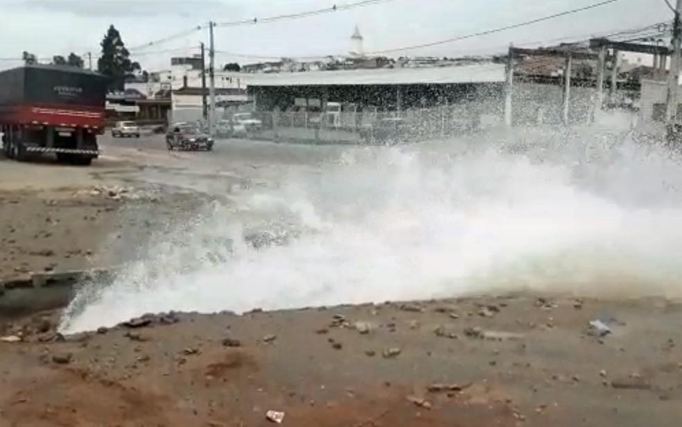 Vazamento de água em Vitória de Santo Antão, na Zona da Mata do estado — Foto: Oton Veiga/TV Globo