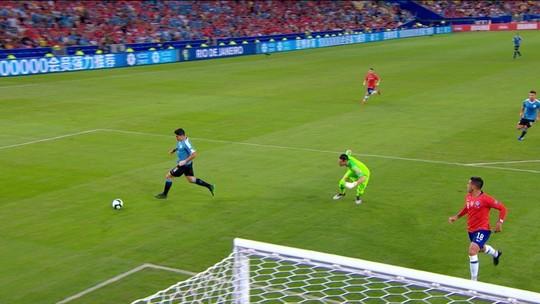 Não é mentira! Suárez pede toque de mão do goleiro do Chile na área; vídeo