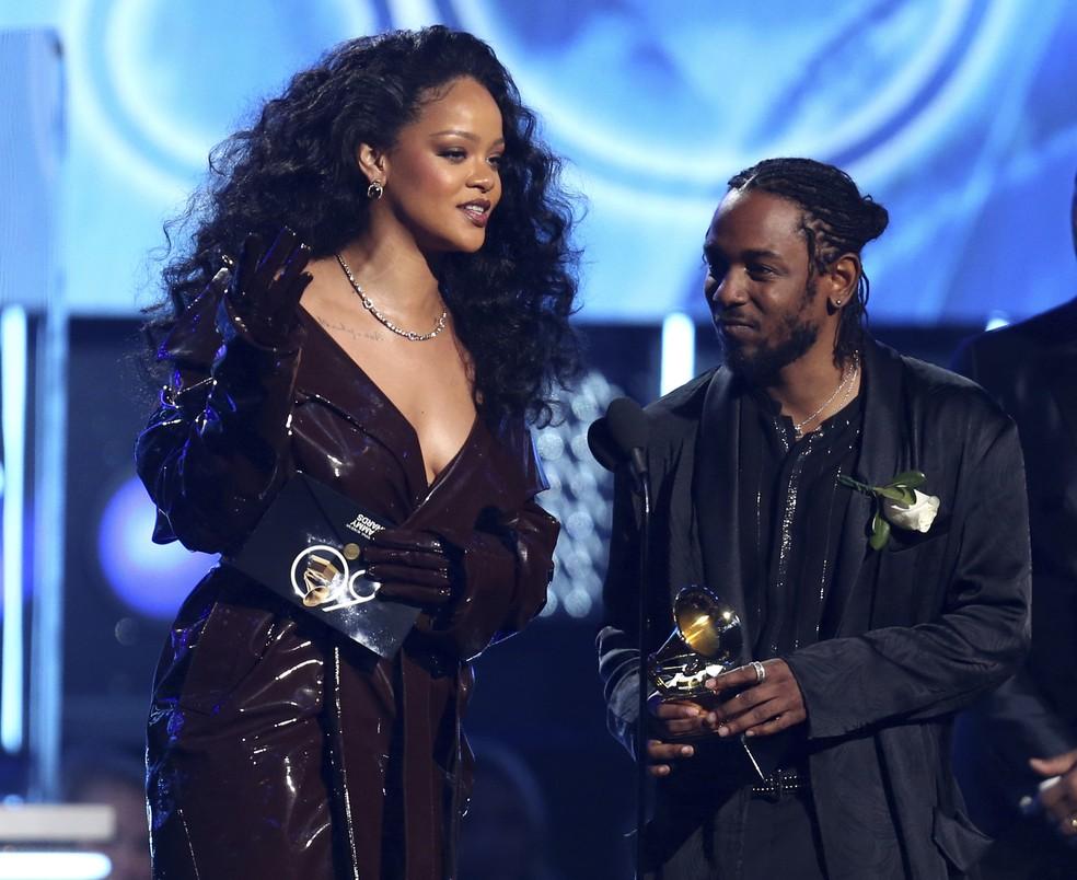 Rihanna e Kendrick Lamar recebem o prêmio de Melhor Colaboração de Rap no Grammy 2018 (Foto: Matt Sayles/Invision/AP)