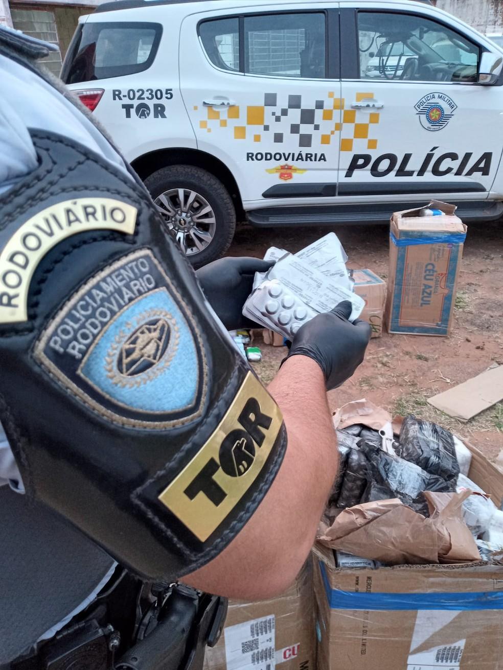 Medicamentos anabolizantes e abortivos foram apreendidos em Assis  — Foto: Polícia Rodoviária / Divulgação