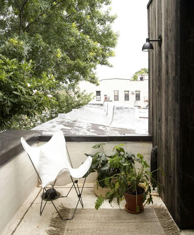 Uma pequena varanda fica no último andar da casa, junto ao quarto do casal (Foto: Indecora/ Reprodução)