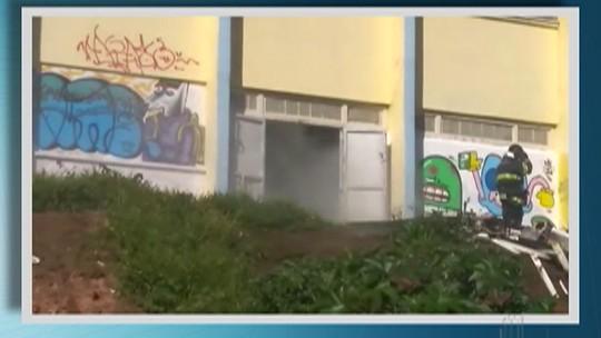 Escola em Itaquaquecetuba pega fogo e alunos precisam deixar o prédio