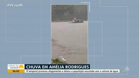Vídeo mostra homem em cima de carro após veículo ficar alagado durante forte chuva em Amélia Rodrigues, na BA