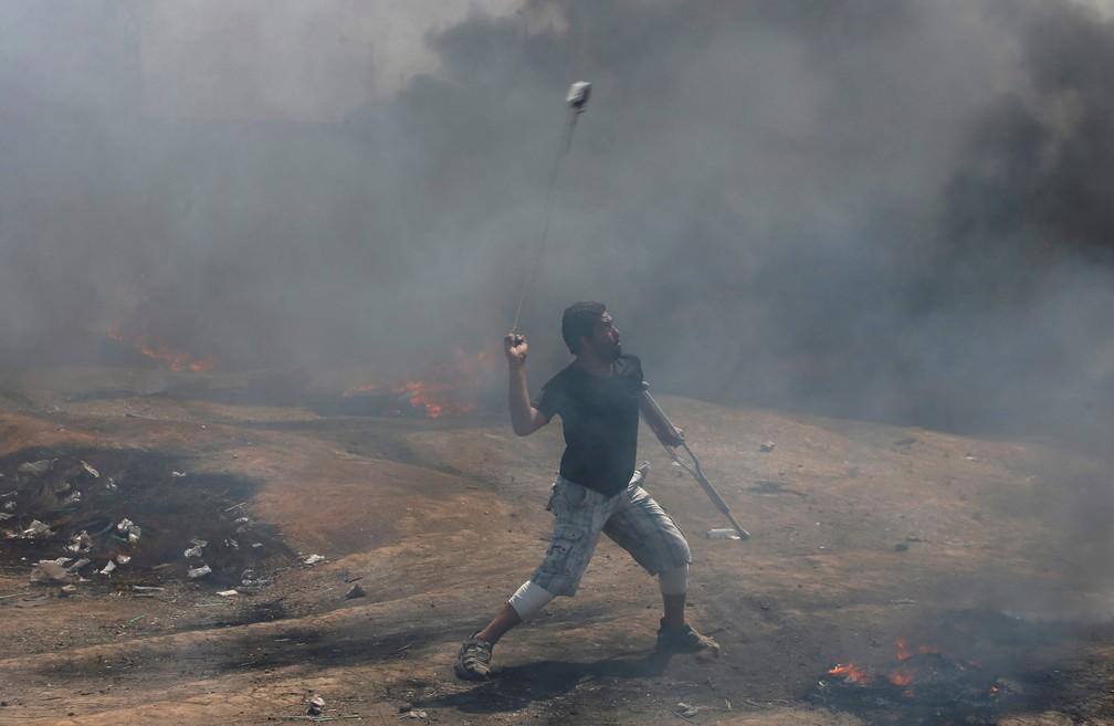 Palestino lança pedras contra soldados israelenses durante na fronteira da protesto na Faixa de Gaza com Israel (Foto: Mohammed Salem/Reuters)