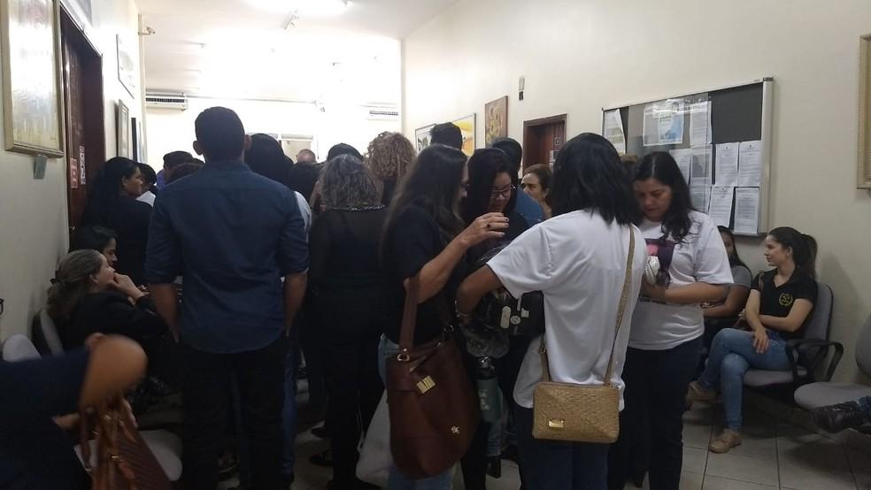 Público se aglomera nos corredores do Fórum — Foto: Diêgo Holanda/G1