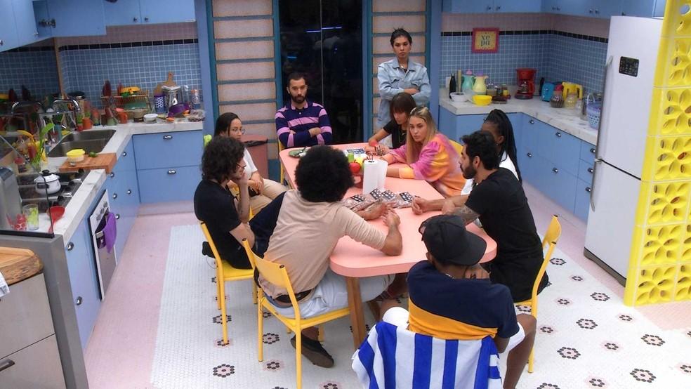 Grupo Xepa se reúne para falar sobre a divisão das estalecas — Foto: Globo