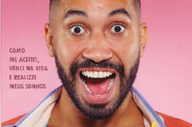Gil do Vigor mostra capa de seu livro (Foto: Reprodução)