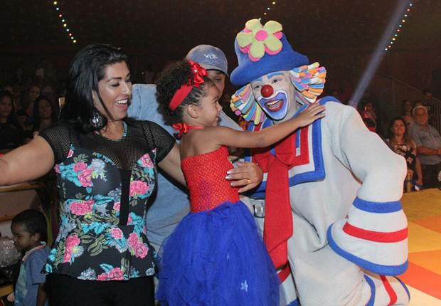Maria Victória se encanta com Patati (Foto: AgNews)