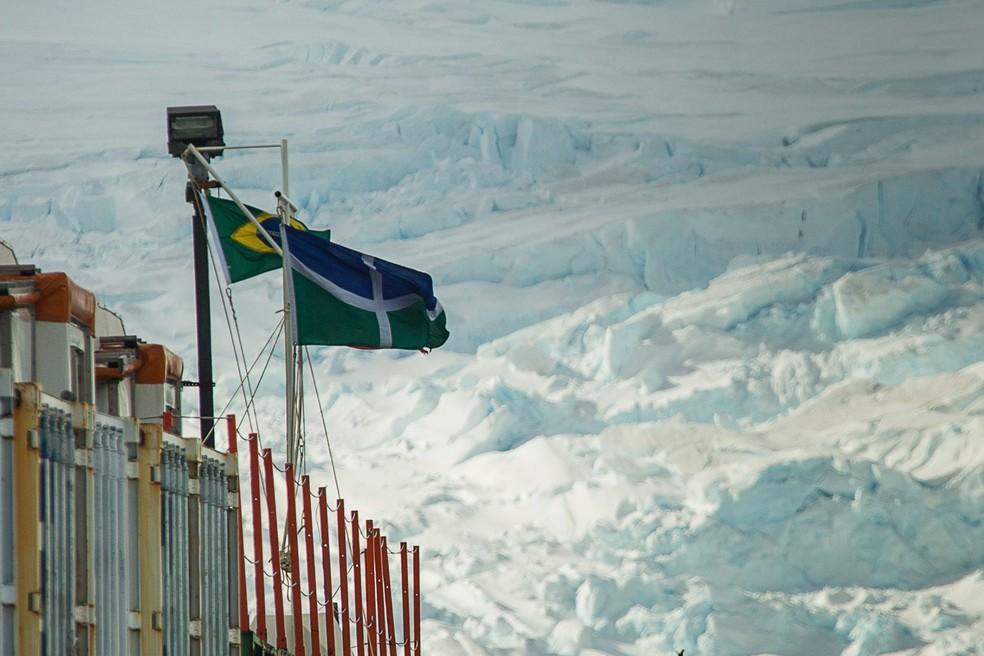 Bandeira da UnB ao lado da do Brasil na Antártica: universidade tem projeto na região (Foto: Marcelo Jatobá/Secom UnB)