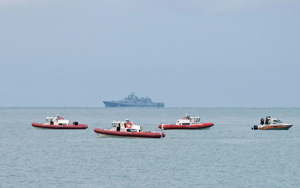Navios de resgate da Rússia patrulham a costa do Mar Negro de Sochi a procura de detritos do avião militar russo que caiu no domingo (25) (Foto: Yekaterina Lyzlova/AFP)