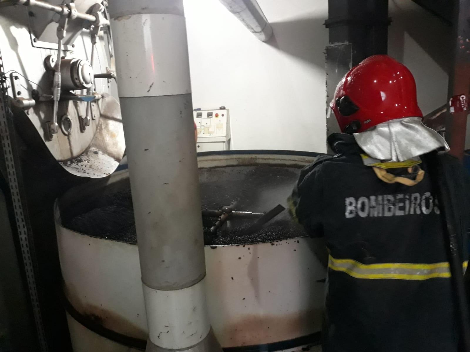 Incêndio atinge equipamento de indústria de café e funcionário é levado para hospital em MT