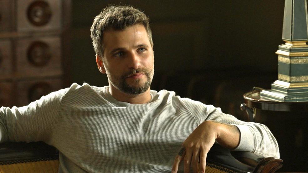Gabriel (Bruno Gagliasso) diz a Murilo (Eduardo Moscovis) que está seguro para a audiência, na novela 'O Sétimo Guardião' — Foto: TV Globo