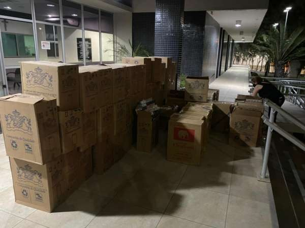 PM apreende 35,5 mil carteiras de cigarros contrabandeados em Fortaleza; responsável foi preso
