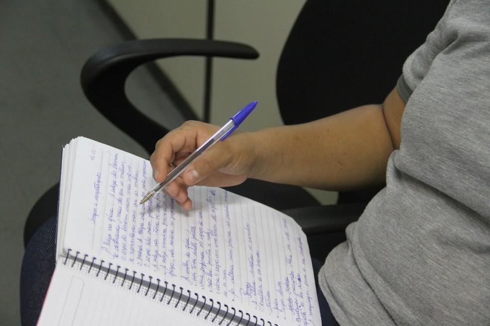 Helena estuda estética e cosmética em uma universidade de João Pessoa (Foto: Dani Fechine/G1)