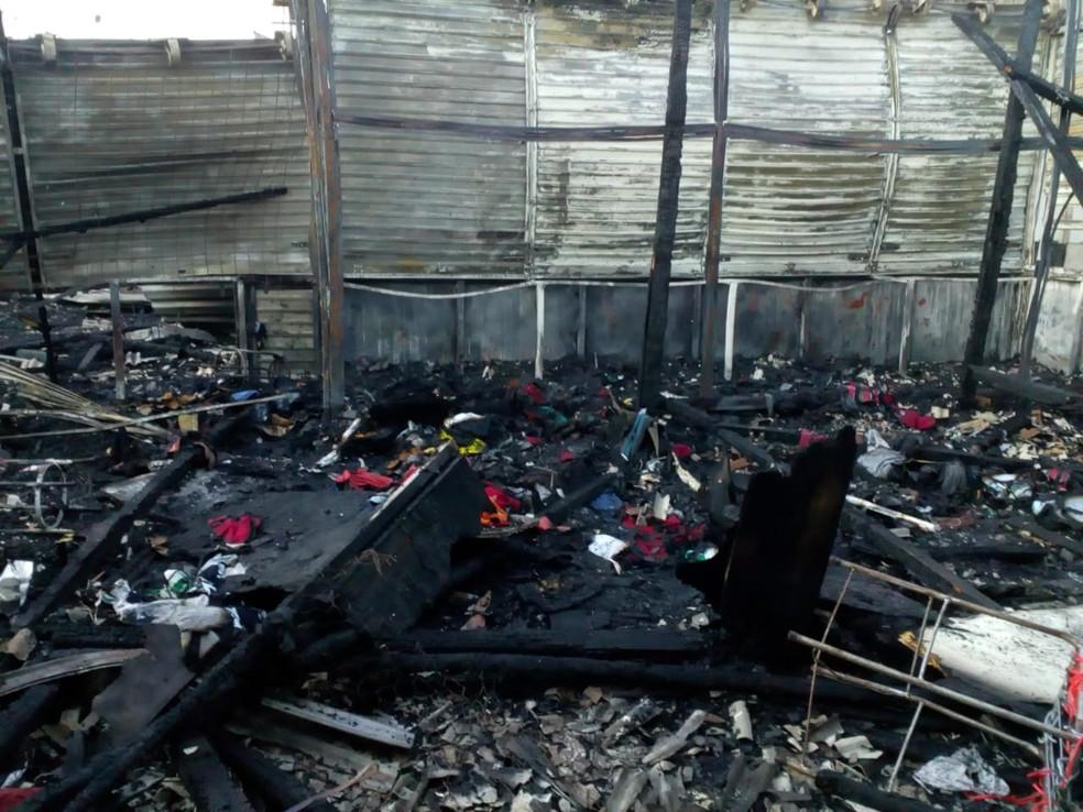 Barracas foram destruídas após incêndio na Feira da Sulanca â?? Foto: Abel Alves/TV Asa Branca