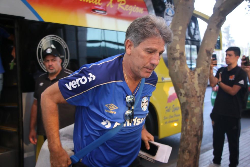 Renato Gaúcho desembarca no hotel do Grêmio em Santiago — Foto: Eduardo Moura