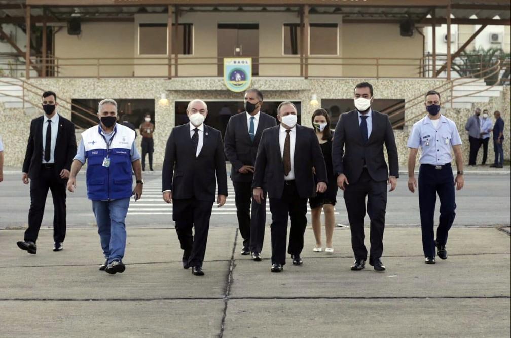 Ministro Pazuello (C) e o governador em exercício Cláudio Castro (D) embarcam para São Paulo — Foto: Reprodução/TV Globo
