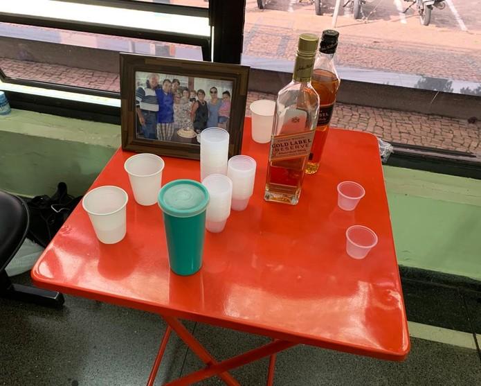 Garrafas de whisky foram levadas para velório de professor em Jundiaí — Foto: Divulgação/JundiAqui