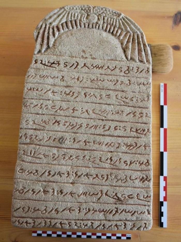 Pedra com inscrições de civilização antiga (Foto: Vincent Francigny / Sedeinga archaeological mission)