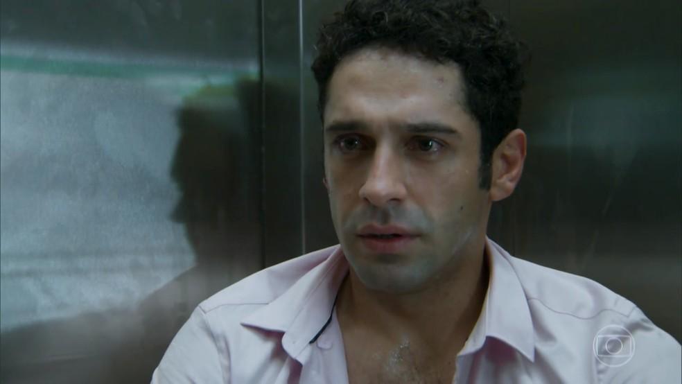Beto (João Baldasserini) fica comovido com o cuidado de Tancinha (Mariana Ximenes) - 'Haja Coração' — Foto: Globo