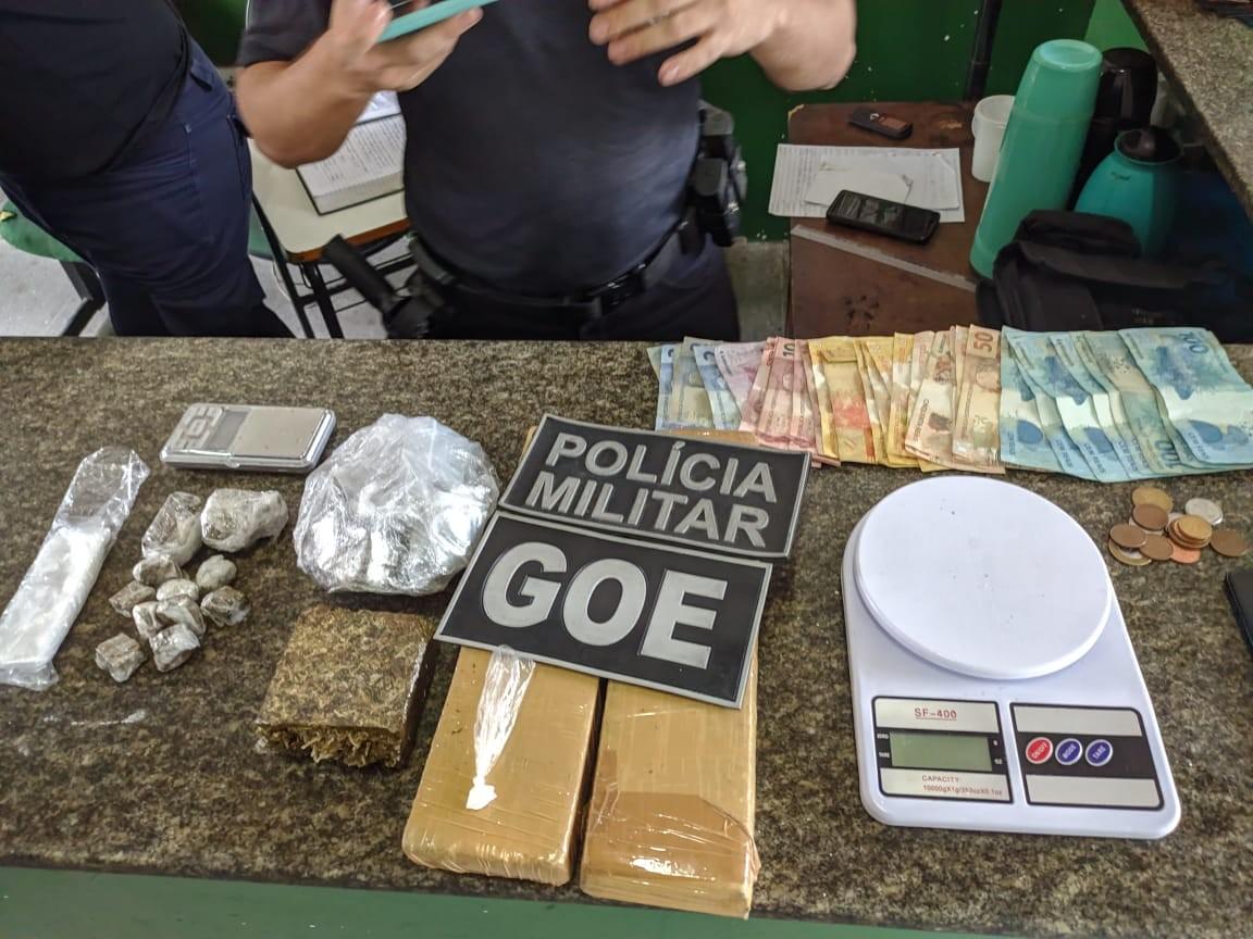 Ex-detento com tornozeleira eletrônica é preso com drogas e pares de tênis falsificados, em Fortaleza