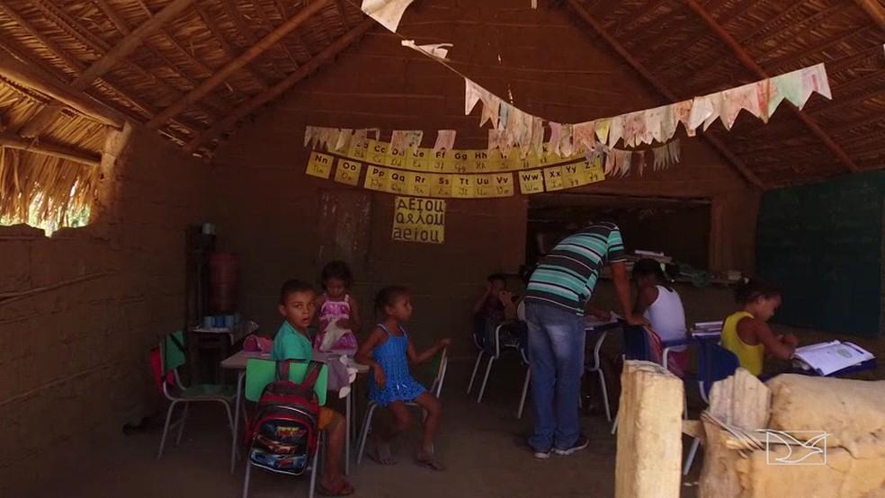 Escola em Parnarama é construída de forma improvisada (Foto: Reprodução/TV Mirante)