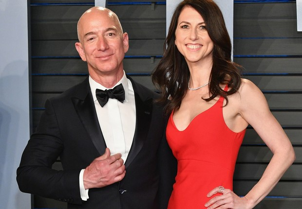 BEVERLY HILLS, CA - MARCH 04: Jeff Bezos (L) and MacKenzie Bezos attend the 2018 Vanity Fair Oscar Party hosted by Radhika Jones at Wallis Annenberg Center for the Performing Arts on March 4, 2018 in Beverly Hills, California. (Photo by Dia Dipasupil/Gett (Foto: Dia Dipasupil/Getty Images)