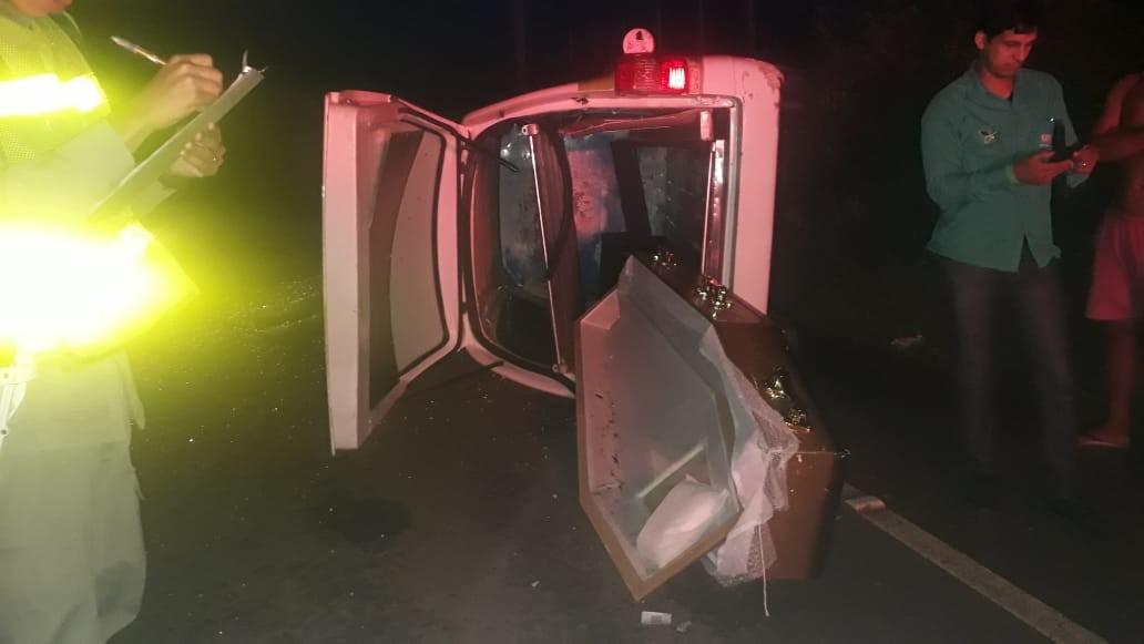 Carro de funerária capota e caixão cai em rodovia na zona rural de Arapiraca, Alagoas - Notícias - Plantão Diário