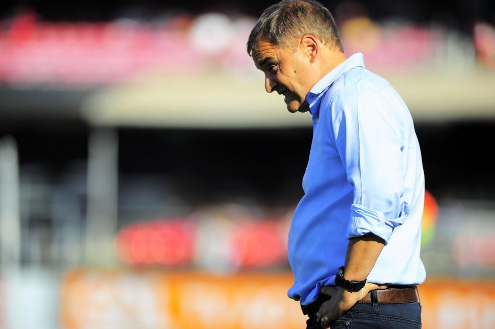 Técnico Diego Aguirre admite preocupação com queda de rendimento do time — Foto: Marcos Ribolli
