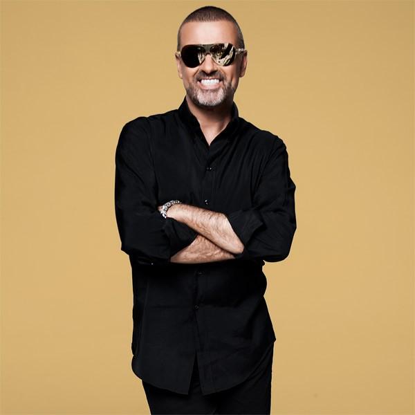 """O cantor George Michael, de 50 anos, foi preso em 1998 por tentar fazer sexo com outro homem em um banheiro público em Beverly Hills, EUA. Depois do episódio, ele pediu desculpas pelo ocorrido, mas não por ser gay. """"Não me sinto envergonhado nem penso que (Foto: Twitter)"""