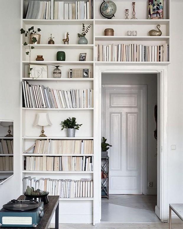 Decoração de estante: livros virados dão charme ao ambiente (Foto: Divulgação)