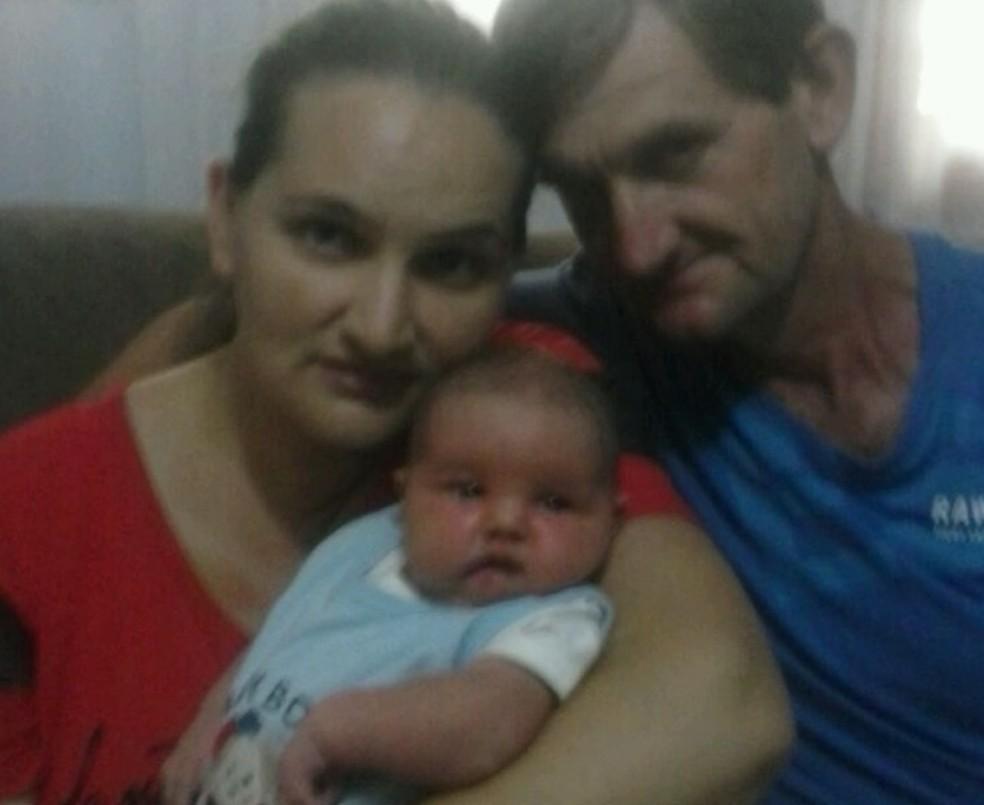 Lorenzo com os pais Simone e Sérgio (Foto: Arquivo pessoal)
