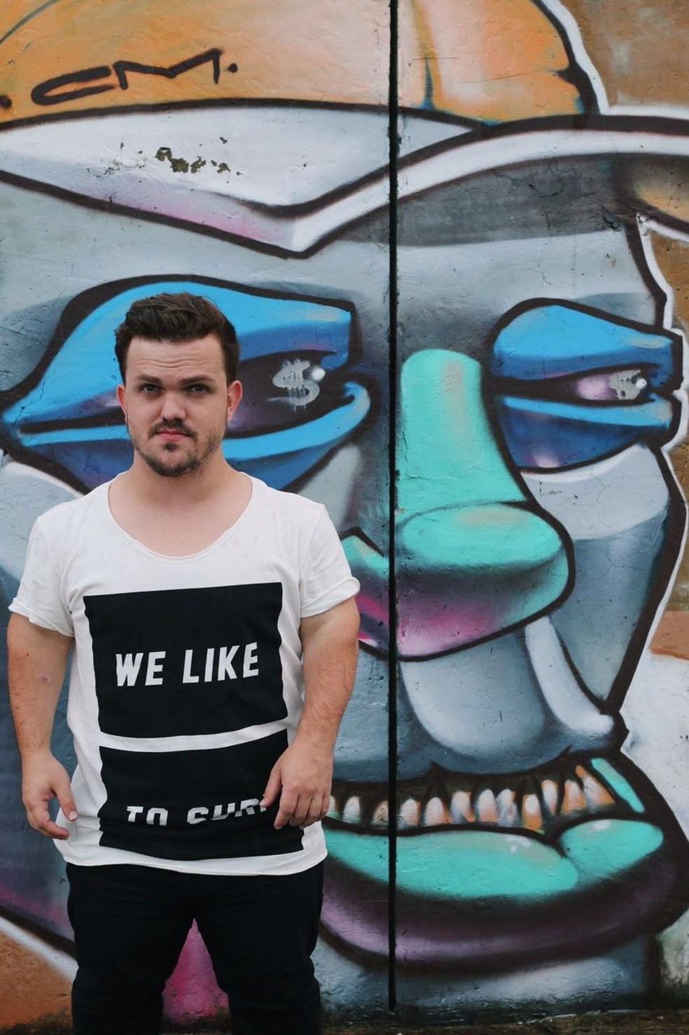 Anão modelo bomba na web e prega aceitação: 'Ser baixinho não é problema' (Foto: Mateus Baptistella/Arquivo pessoal)