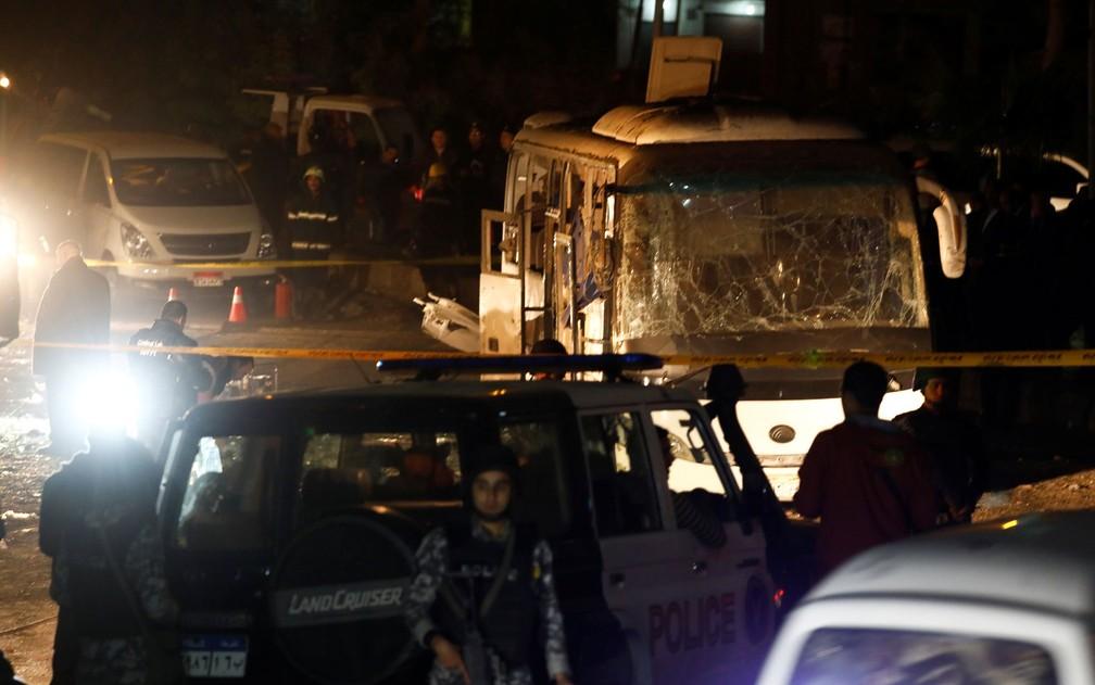 Policiais são vistos ao lado de ônibus atingido por bomba perto de Gizé, no Egito, na sexta-feira (28) — Foto: Reuters/Amr Abdallah Dalsh