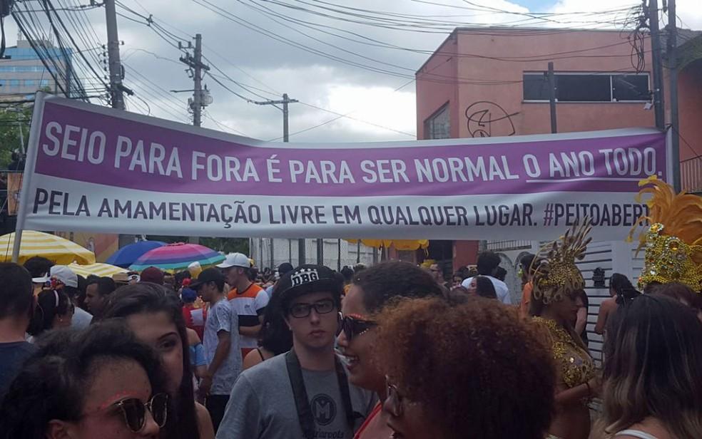 Faixa defende o direito da mulher à amamentação em público (Foto: Tatiana Regadas/G1)