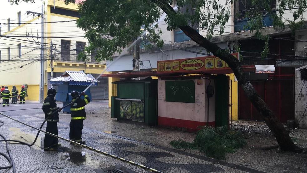 Corpo de Bombeiros foi acionado durante a madrugada para conter incêndio na Boa Vista, área central do Recife — Foto: Elvys Lopes/TV Globo